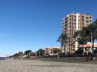 Новостройка на берегу моря в центре Кобулети. 11-этажный новый жилой дом у моря на улице Царицы Тамары в Кобулети, Грузия. Фото 1