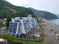 Новый жилой дом у моря в центре Гонио. Квартиры в новостройке у моря в центре Гонио, Грузия. Фото 1