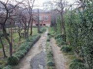 Большой кирпичный дом с участком земли в центре Кутаиси Фото 4