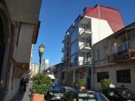 Жилой дом в старом Батуми на ул.Мазниашвили, угол ул.Ц.Парнаваза. Квартиры в новостройке в центре Батуми, Грузия. Фото 1