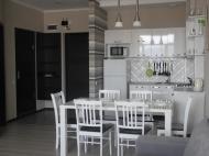 Просторная кухонная зона с большим столом. ფოტო 20