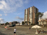 Новостройка на берегу моря в центре Кобулети. 11-этажный новый жилой дом у моря на улице Царицы Тамары в Кобулети, Грузия. Фото 3