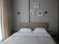 Спальня с большой кроватью. Фото 4