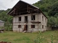 Продается частный дом с земельным участком в Они, Грузия. Фото 1